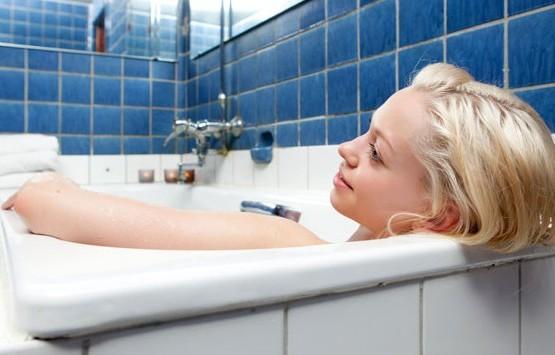 принимать ванну