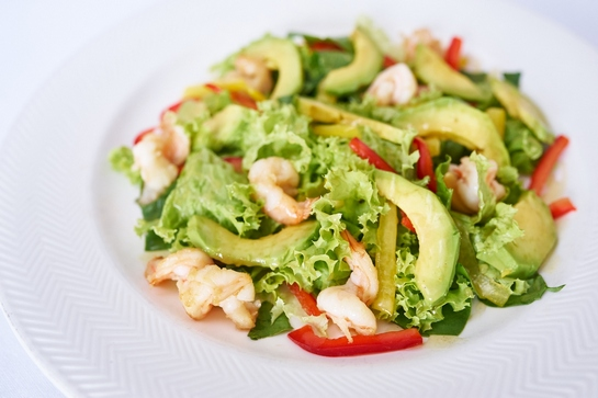 простой и вкусный салат из креветок