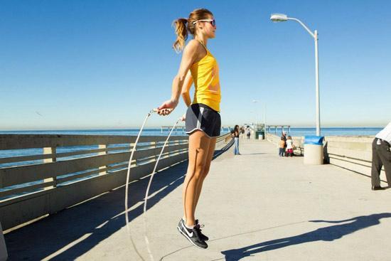 Прыжки на скакалке: чем они полезны и как прыгать правильно