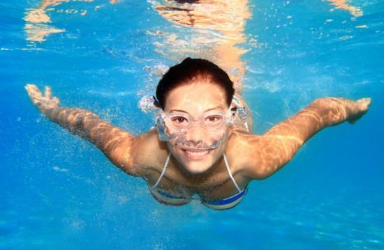 Плавание в бассейне для похудения: нельзя в ластах. Почему?