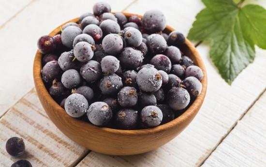 Как заморозить черную смородину: секреты сохранения витаминов в домашних условиях
