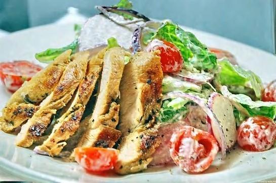 простой и вкусный салат из куриной грудки
