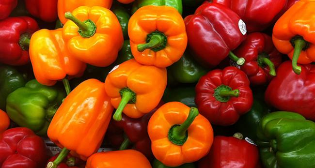 А вы знали, что сладкий перец - рекордсмен по содержанию витамина С? Мало калорий - много пользы!