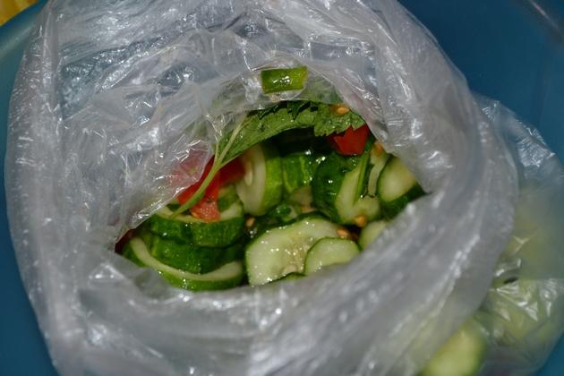 Салат из огурцов в пакете - вкусный, сочный и очень быстрый рецепт!