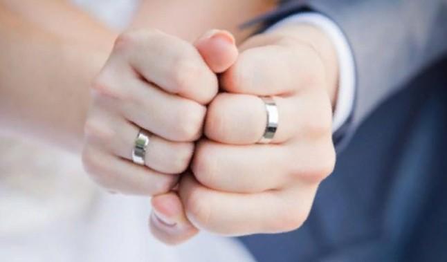«Мешает работать, мешает гулять»: почему мужчины не носят обручальные кольца
