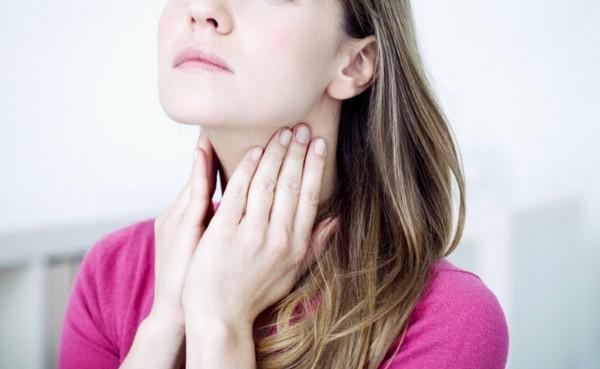 Пейте горячую воду, чтобы избавиться от боли в горле