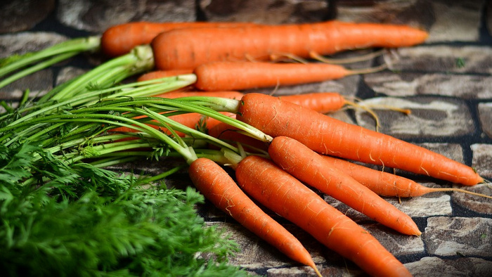 Против мигреней, заболеваний почек и рака: 8 веских причин начать употреблять в пищу морковную ботву