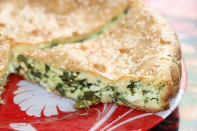 Потрясающий заливной пирог с зеленым луком и яйцом - простой рецепт и незабываемый вкус!