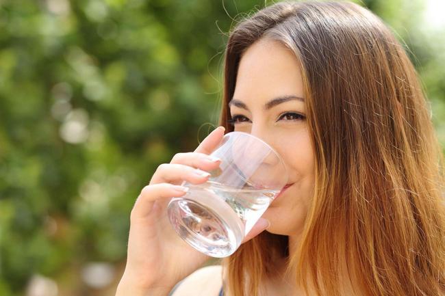 """Как фильтрованная вода """"ломает"""" организм и какую воду надо пить"""