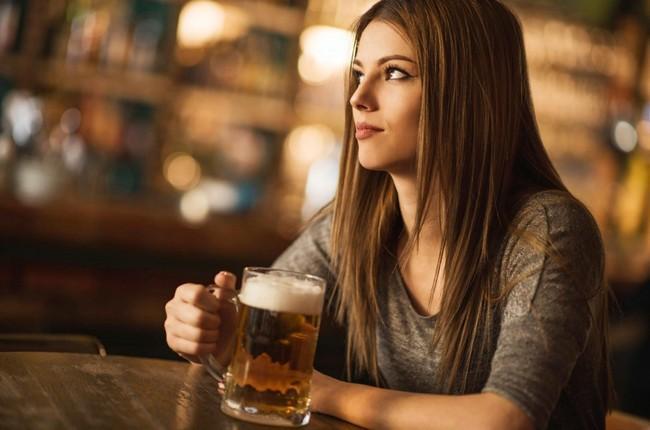 Жир на талии, токсины, обезвоживание... Почему от алкоголя так легко потолстеть?