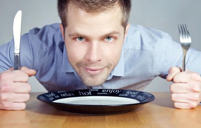 Говорит с набитым ртом или облизывает приборы: как узнать о характере человека по его манерам поведения за столом?