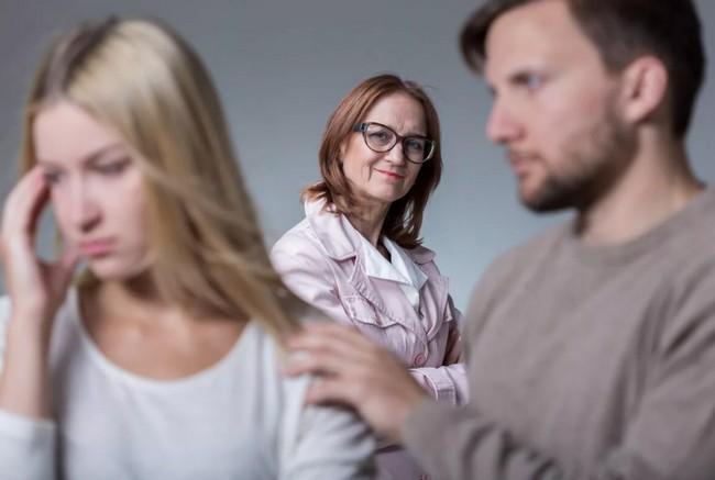 5 характерных признаков мужчины, который любит свою маму больше, чем жену